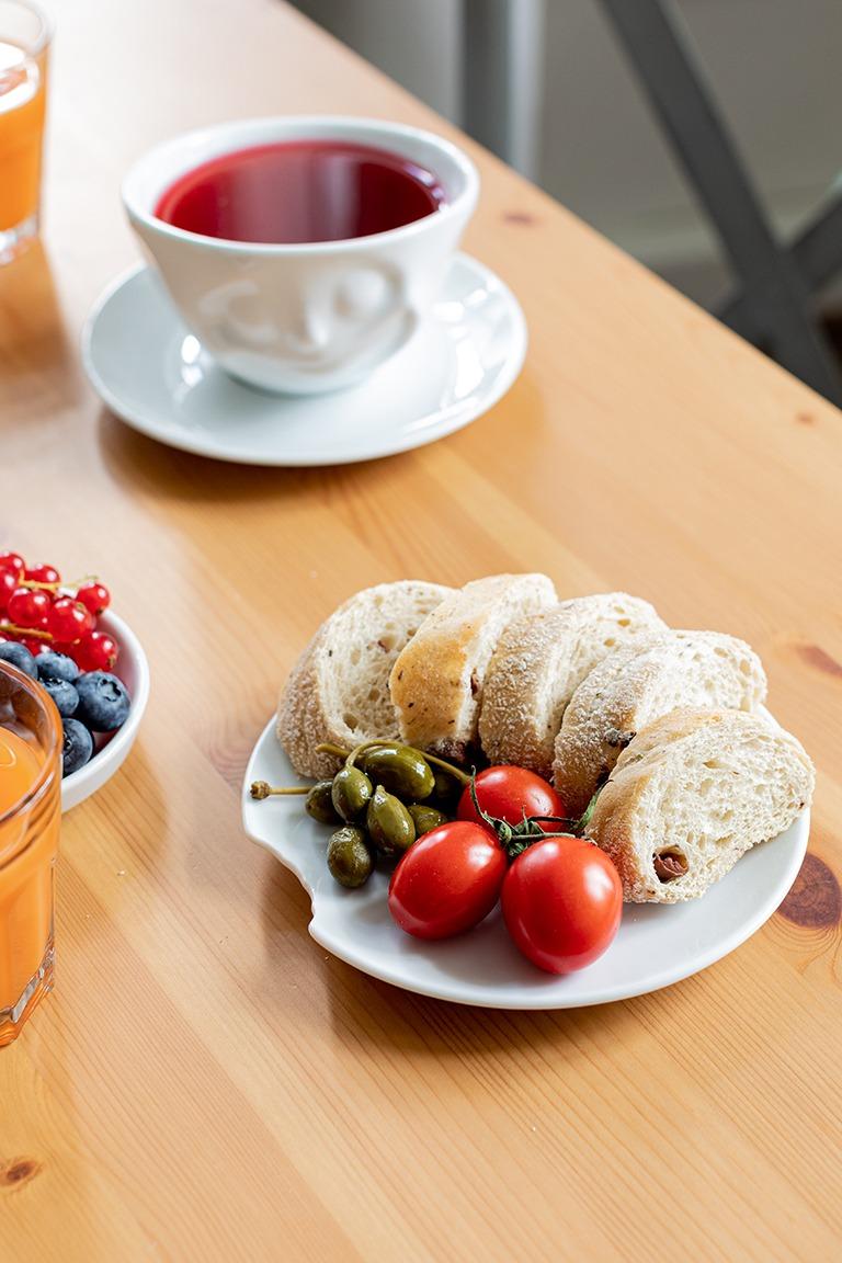 Brot und frisches Gemuese serviert auf Tellerchen mit Biss von 58products von Sweets & Lifestyle®