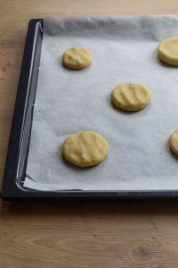 Cookies Teig am Backblech fuer die Zubereitung von Geode Cookies nach einem Rezept von nach einem Rezept von Sweets & Lifestyle®
