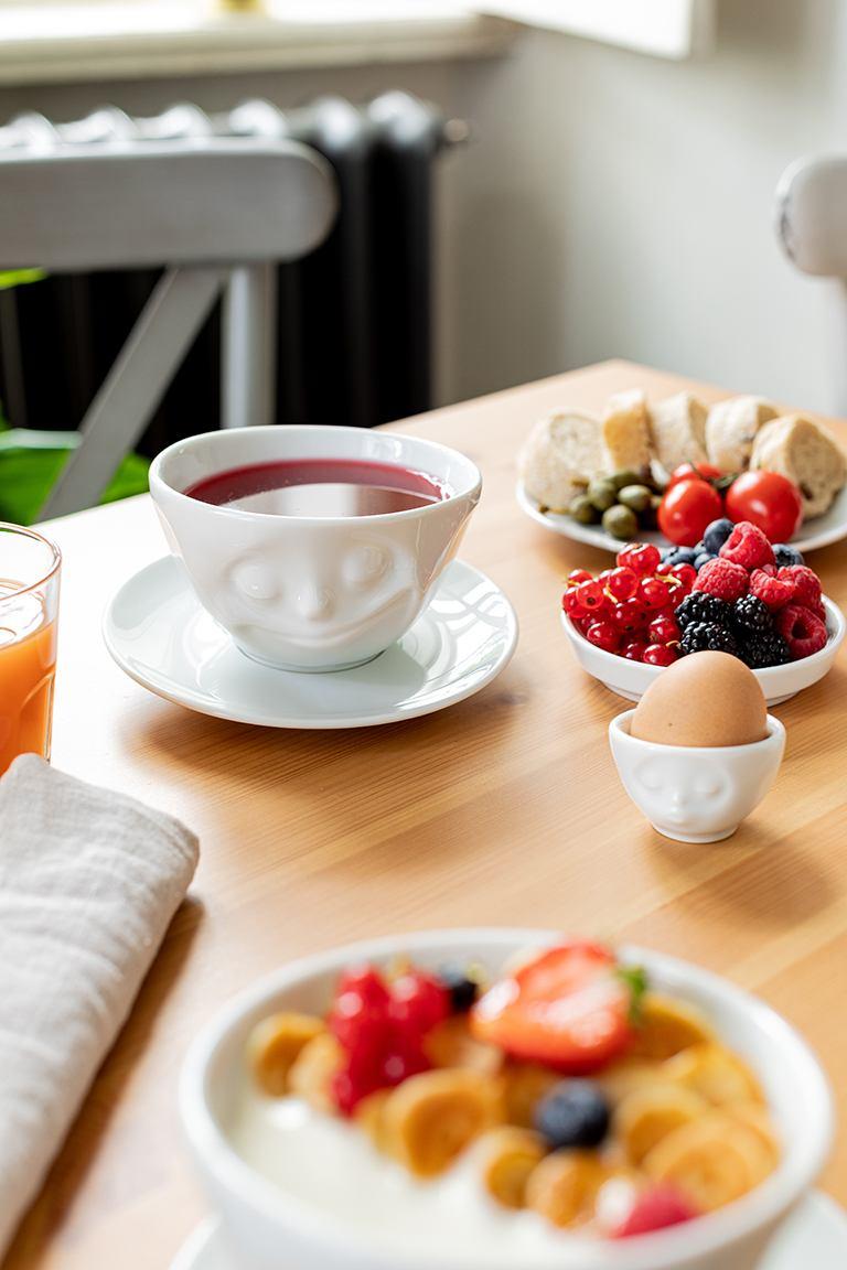 Fruechtetee serviert in der Tasse Gluecklich von 58products von Sweets & Lifestyle®