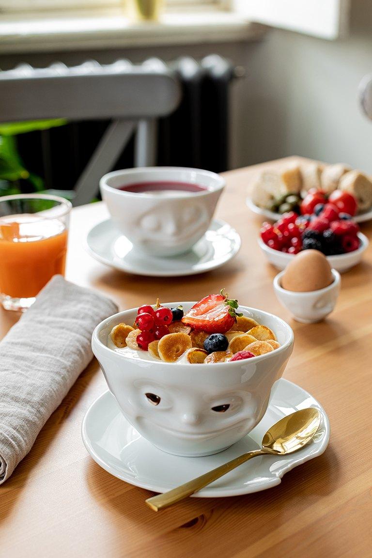 Pancake Cereal mit Joghurt serviert im Schaelchen grinsend von 58products im Fotostudio SchlossStudio von Verena Pelikan im Weinviertel