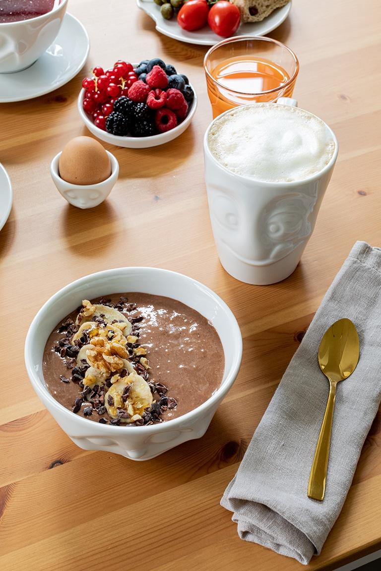 Schoko Smoothie Bowl mit Walnuessen und Kakaonibs als gesunden Fruehstueck serviert nach einem Rezept von Sweets & Lifestyle®