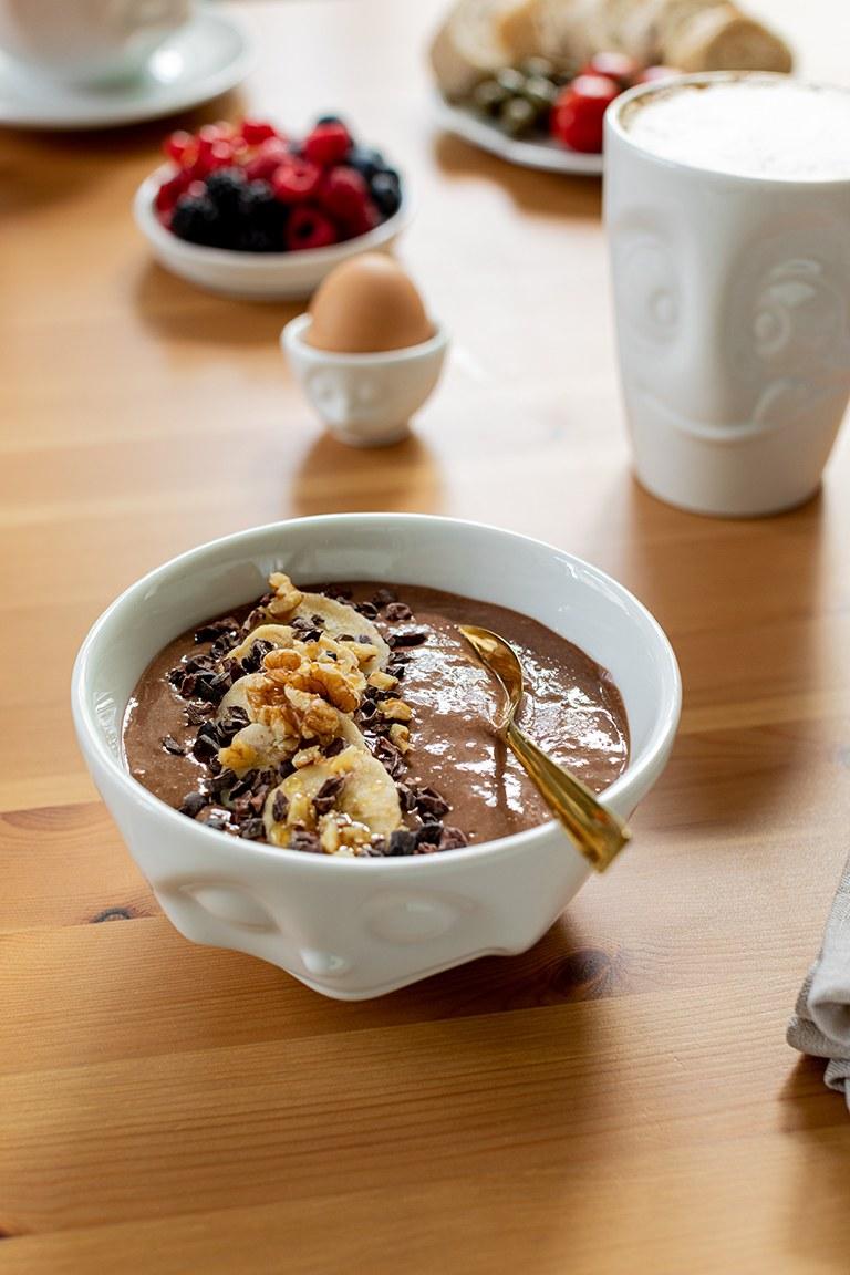 Leckere gesunde Schokolade Smoothie Bowl mit Walnuessen und Kakaonibs nach einem Rezept von Sweets & Lifestyle®