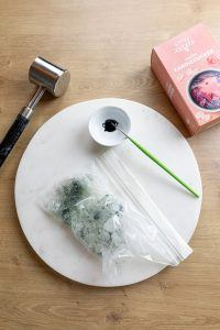 Weissen Kandiszucker mit Lebensmittelfarbe faerben und Edelsteine aus Zucker zu erhalten