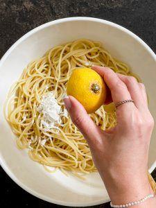 Gekochte Spaghetti mit Zitronensaft und Maisstaerke vermengen fuer die Spaghetti Wurst Mumien nach einem Rezept von Sweets & Lifestyle®