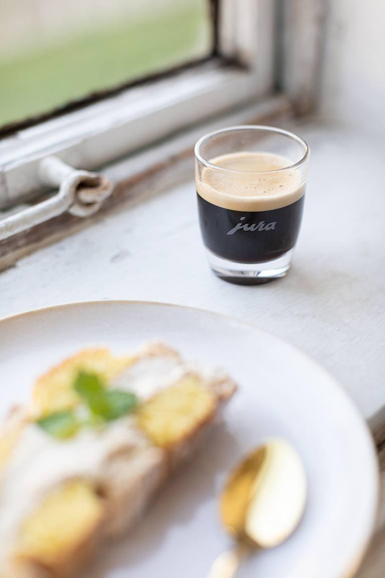 JURA Espresso serviert mit Kardinalschnitte mit Kaffeecreme von Sweets & Lifestyle®