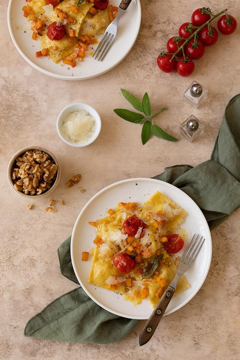 Selbst gemachte Kuerbis Ravioli mit gebratenen Tomaten und Walnuss Butter nach einem Rezept von Sweets & Lifestyle®