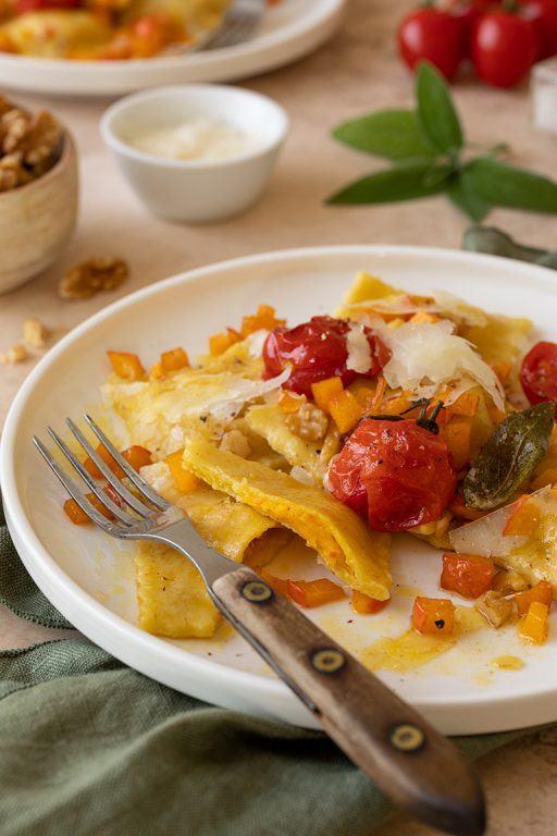 Selbst gemachte Kuerbis Ravioli mit Ziegenfrischkaese gebratenen Tomaten und Walnuss Salbei Butter nach einem Rezept von Sweets & Lifestyle®