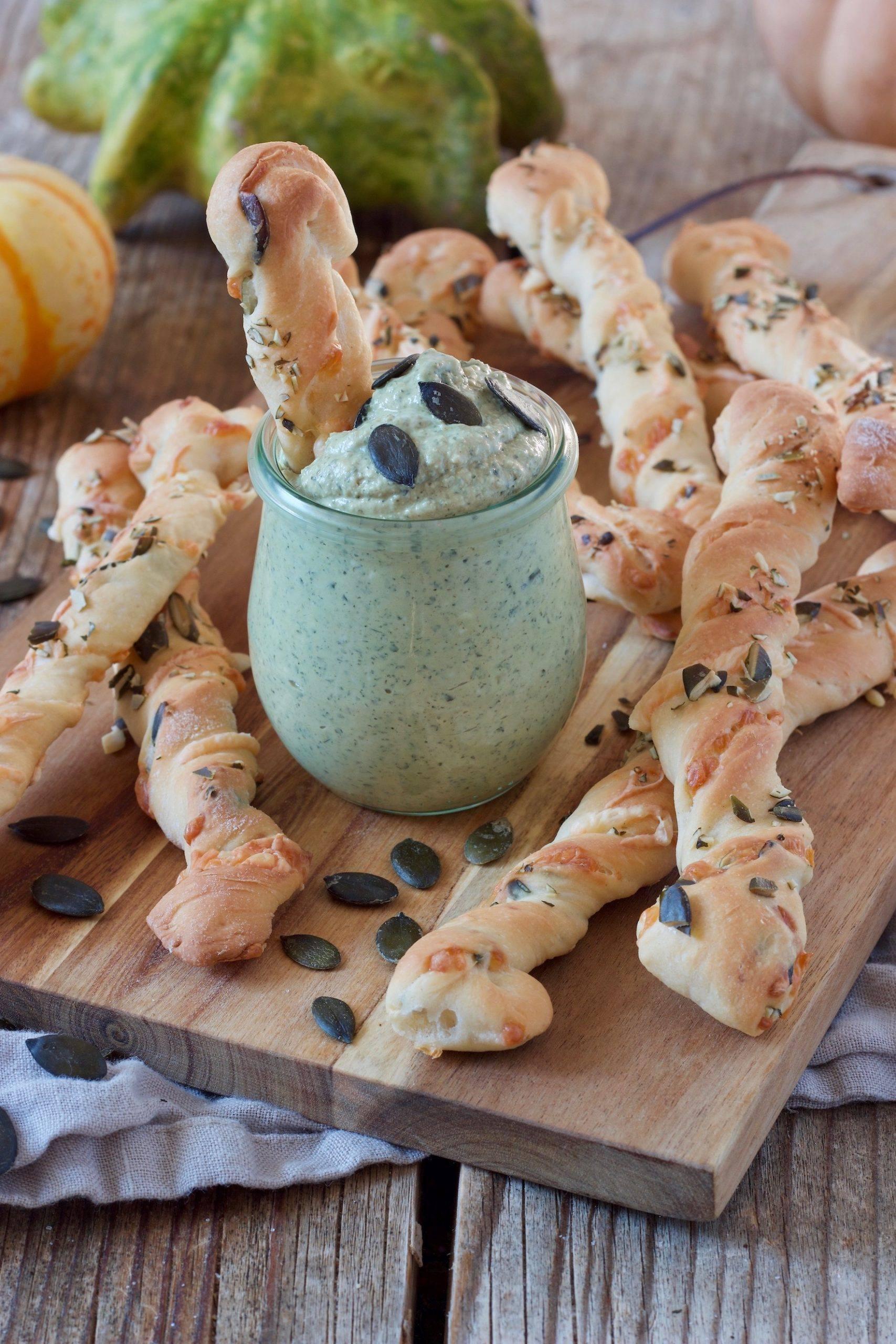 Leckere selbst gemachte Kuerbisstangerl mit Bergkaese serviert mit cremigen Kuerbisaufstrich nach einem Rezept von Sweets & Lifestyle®