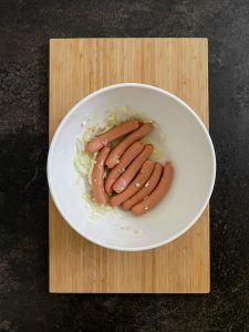 Wuerstchen werden in eine Marinade aus Zitronensaft Zwiebel und Knoblauch eingelegt fuer die Zubereitung der Spaghetti Wurst Mumien nach einem Rezept von Sweets & Lifestyle®